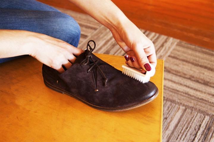 Dùng bàn chải để đánh giày tốt nhất