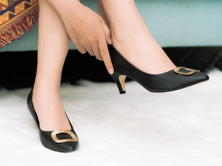 Một đôi giày mũi nhọn cao gót tinh tế