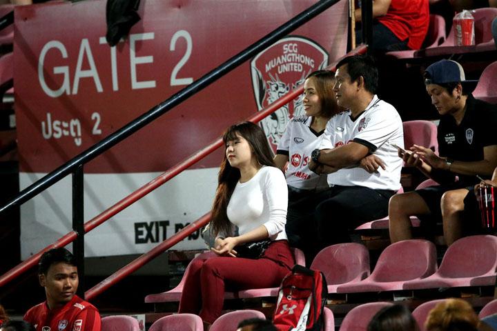 Mua vé xem một trận thể thao yêu thích cùng chàng