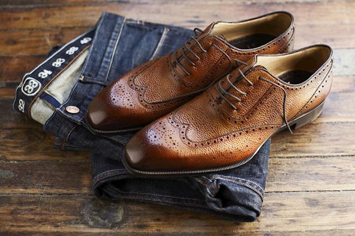 Quần jean kết hợp giày cột dây
